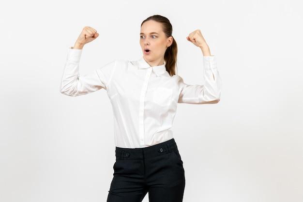 Vista frontale giovane donna in elegante camicetta bianca con faccia gioiosa su sfondo bianco donna lavoro d'ufficio signora lavoratrice