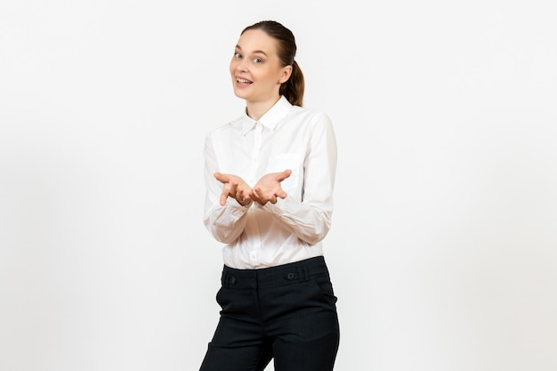 Vista frontale giovane donna in elegante camicetta bianca con volto sorridente su sfondo bianco donna lavoro d'ufficio signora lavoratrice