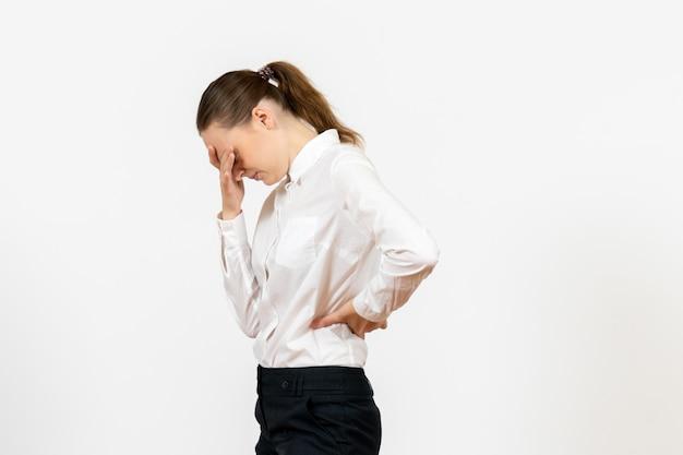 Vista frontale giovane donna in elegante camicetta bianca con la faccia stressata su sfondo bianco donna lavoro d'ufficio lavoratrice lady