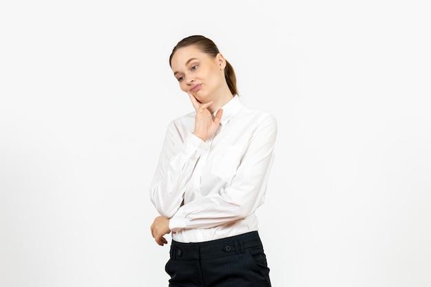 Vista frontale giovane donna in elegante camicetta bianca con faccia pensante su sfondo bianco donna lavoro d'ufficio signora lavoratrice