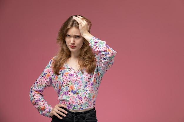 欲求不満と気分が悪くなる正面図若い女性