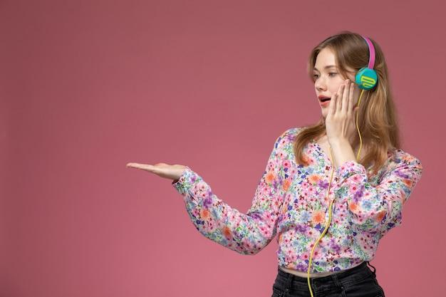 Giovane donna di vista frontale che dà la mano vuota e che fissa al suo lato destro