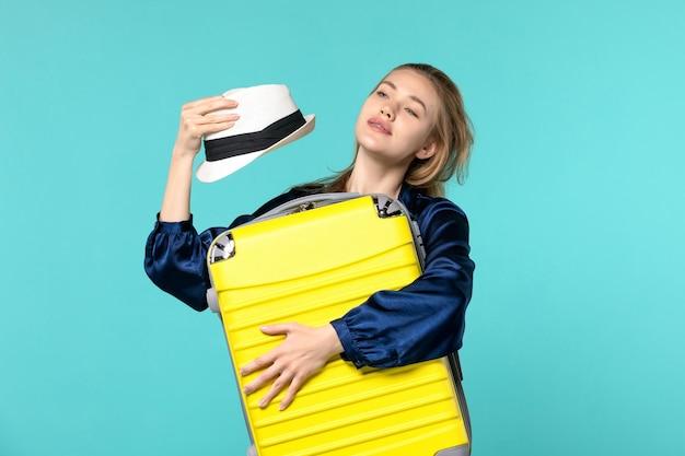 휴가에가 고 파란색 배경 바다 여행 여행 휴가 항해 비행기에 큰 가방을 들고 전면보기 젊은 여자