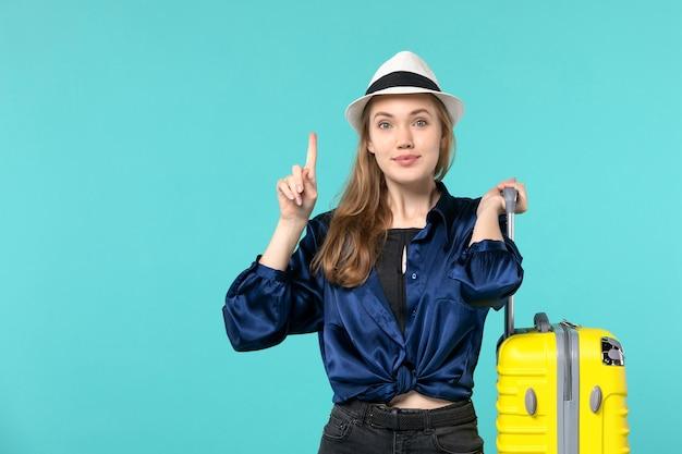 休暇に行くと青い背景に大きなバッグを保持している正面図若い女性旅行海の旅休暇航海