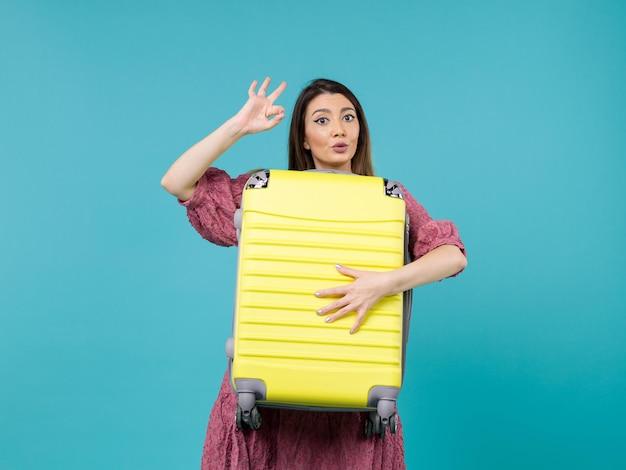 휴가에가 고 파란색 책상 여름 여행 바다 휴가 항해 여자에 큰 가방을 들고 전면보기 젊은 여자