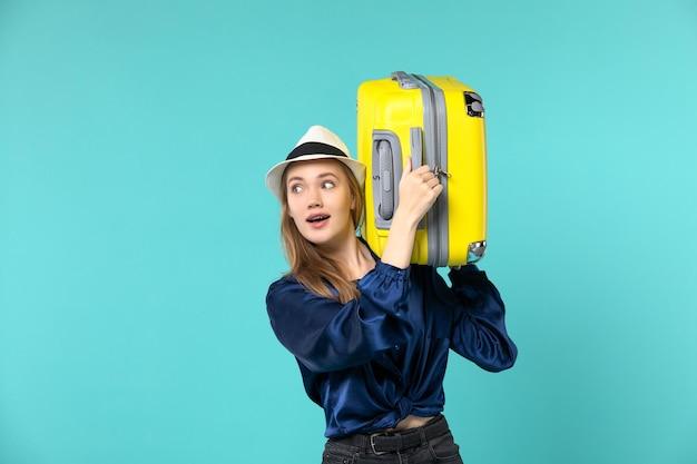 휴가에가 고 파란색 책상 여행 바다 여행 휴가 항해에 큰 가방을 들고 전면보기 젊은 여자