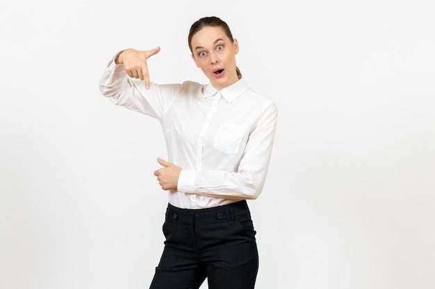 白い背景の上の興奮した顔を持つエレガントな白いブラウスの正面図若い女性オフィスジョブ女性女性労働者