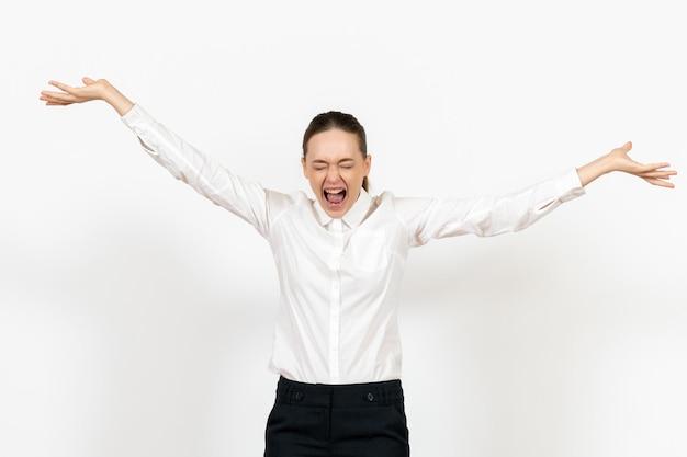 正面図白いブラウスの若い女性が怒って白い背景にファイルを投げる女性の感情感オフィスの仕事
