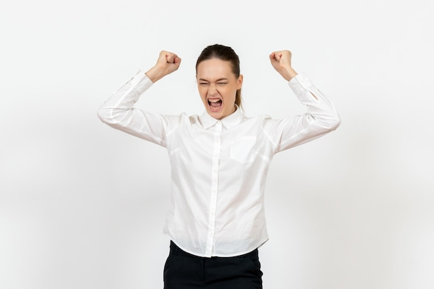 白いブラウスの正面図若い女性が怒って白い背景の上のファイルを投げる女性の感情感情オフィスの仕事