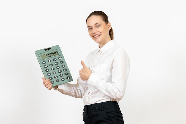 흰색 책상 사무실 여성 감정 느낌 직업 노동자 흰색에 큰 계산기를 들고 흰 블라우스에 전면보기 젊은 여자