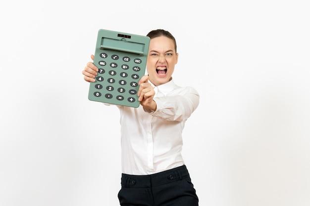 흰색 책상에 큰 계산기를 들고 흰 블라우스에 전면보기 젊은 여자 사무실 여성 노동자 감정 작업 흰색