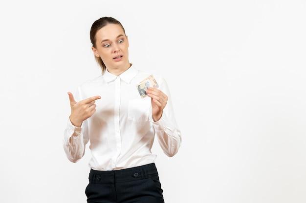 白い背景にお金を保持している白いブラウスの正面図若い女性オフィスの仕事女性の感情感モデル