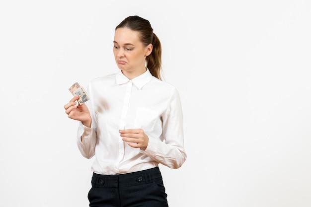 明るい白の背景にお金を保持している白いブラウスの正面図若い女性オフィスの仕事女性の感情感モデル