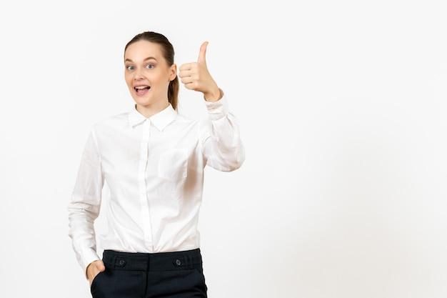 白い背景の上の興奮した顔を持つ白いブラウスの正面図若い女性ジョブオフィス女性感情モデル感情