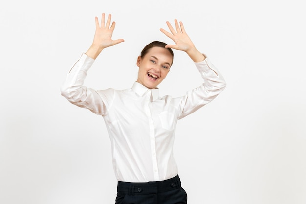 白い背景の上の興奮した顔を持つ白いブラウスの正面図若い女性オフィス女性の感情感モデルの仕事