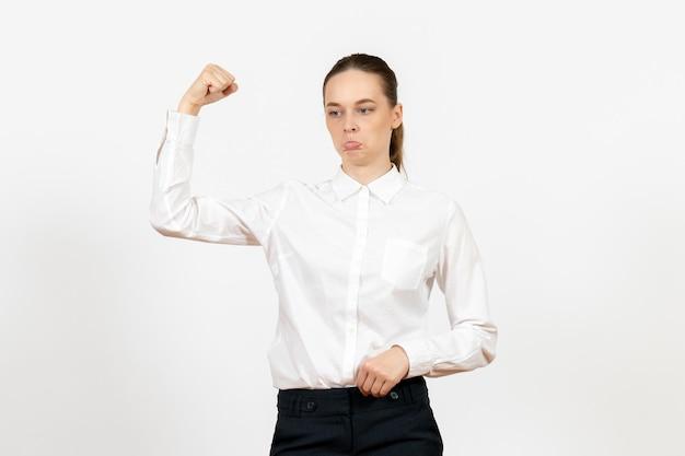 Вид спереди молодая женщина в белой блузке с грустным лицом на белом фоне работа офисное женское чувство модели эмоции