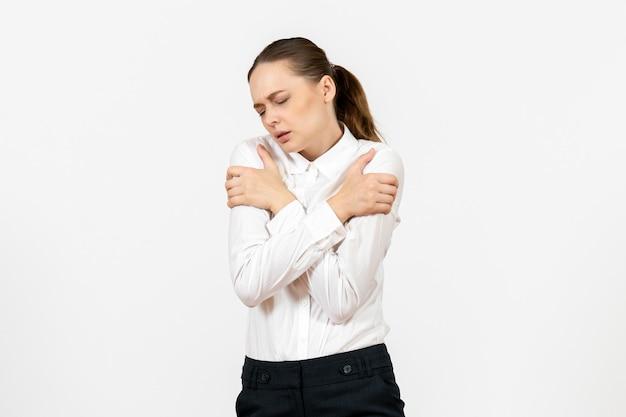 Вид спереди молодая женщина в белой блузке с дрожащим лицом на белом фоне, офисная работа, женские эмоции, чувство модели