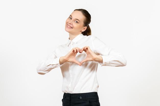 白い背景の仕事の女性の感情モデル感情オフィスに愛を送る笑顔の白いブラウスの正面図若い女性
