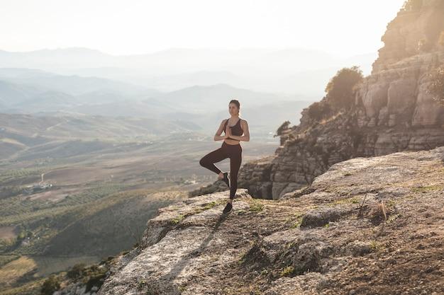 Вид спереди молодая женщина медитирует