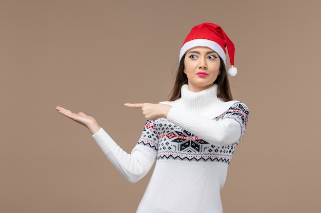 茶色の机の上の若い女性の正面図休日感情クリスマス