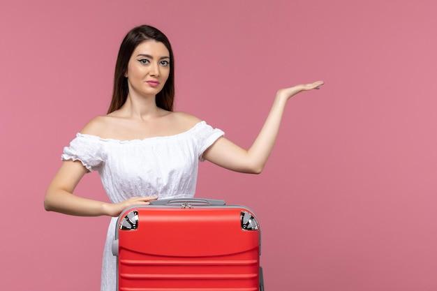 정면보기 젊은 여성이 서서 밝은 분홍색 배경에 휴가를 준비 여행 해외 해외 여행 바다 여행