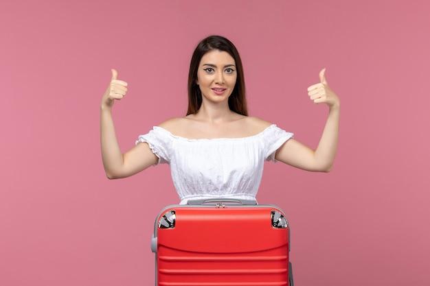 분홍색 배경 여행 바다 여행 해외 여행 해외 여행에 서서 휴가를 준비하는 전면보기 젊은 여자