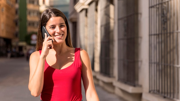 電話で話している正面の若い女性