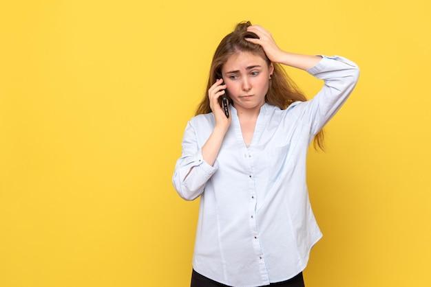 Vista frontale della giovane donna che parla al telefono