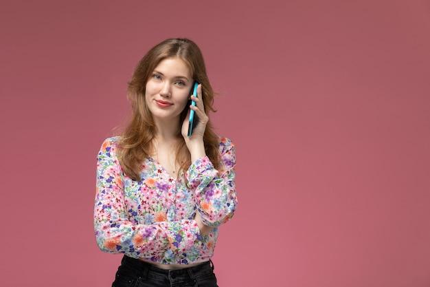彼女の友人と話している正面図の若い女性