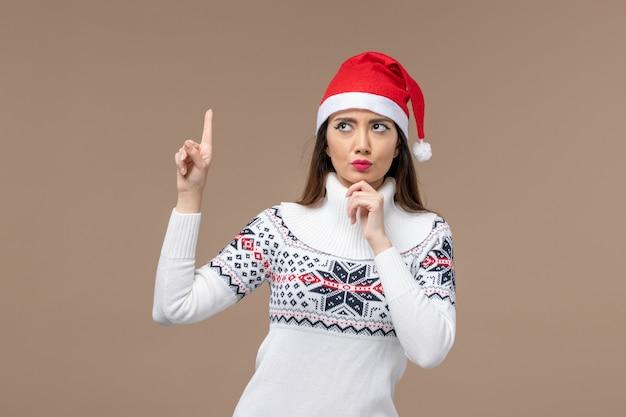 正面図茶色の背景で考える若い女性クリスマス感情新年