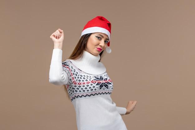 갈색 배경 크리스마스 새 해 감정에 춤을 시도하는 전면보기 젊은 여자