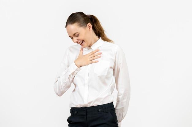 Vista frontale giovane donna in camicetta bianca che ride su sfondo bianco lavoro femminile ufficio emozione modello di sentimento