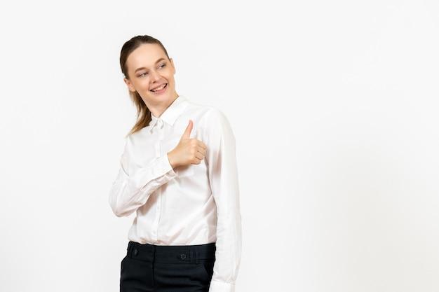 Vista frontale giovane donna in camicetta bianca con faccia felice su sfondo bianco lavoro ufficio emozione femminile modello di sentimento