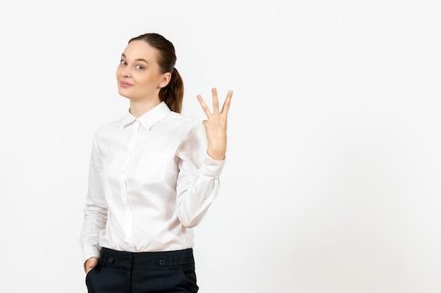 Vista frontale giovane donna in camicetta bianca con faccia felice su sfondo bianco lavoro ufficio femminile sentimento modello emozione