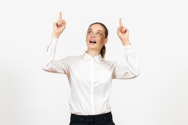 Vista frontale giovane donna in camicetta bianca con faccia sognante su sfondo bianco ufficio emozioni femminili sentimenti modello lavoro