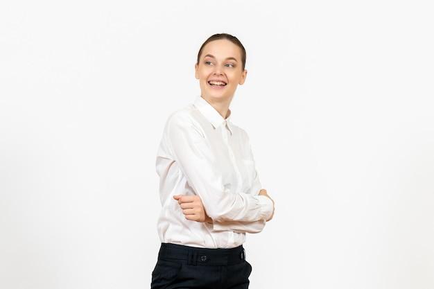 Vista frontale giovane donna in camicetta bianca con viso eccitato su sfondo bianco ufficio emozioni femminili sensazione lavoro modello model