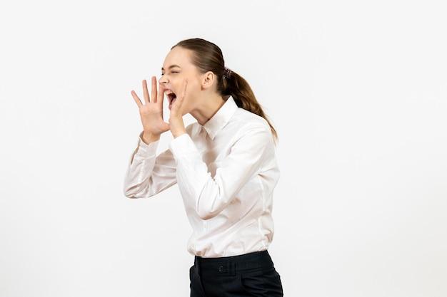Vista frontale giovane donna in camicetta bianca con espressione urlante sullo sfondo bianco sentimento modello ufficio emozione lavoro femminile