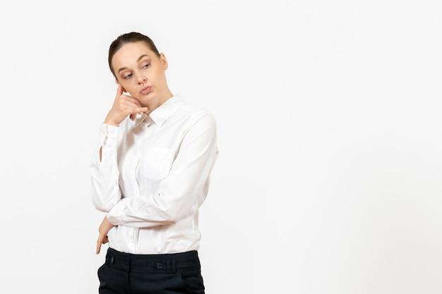 Vista frontale giovane donna in camicetta bianca con espressione pensante sullo sfondo bianco sentimento modello ufficio emozione lavoro femminile