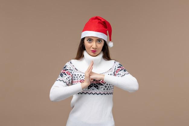 갈색 배경 크리스마스 감정 새 해에 화가 표정으로 전면보기 젊은 여자