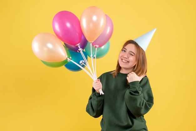 다채로운 풍선과 함께 전면보기 젊은 여자
