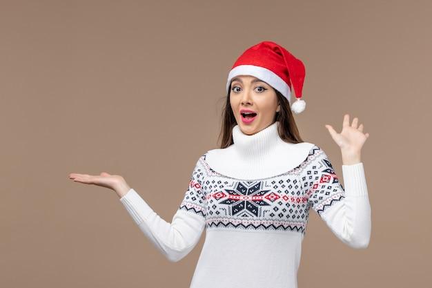 갈색 배경 휴일 감정 크리스마스에 흥분된 표정으로 전면보기 젊은 여자