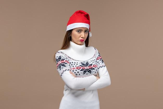 茶色の背景に狂った表情で正面図若い女性新年感情クリスマス