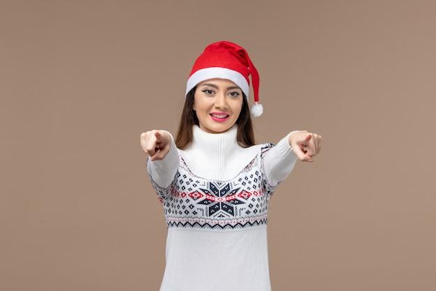 갈색 배경 휴일 감정 크리스마스에 웃는 표정으로 전면보기 젊은 여자