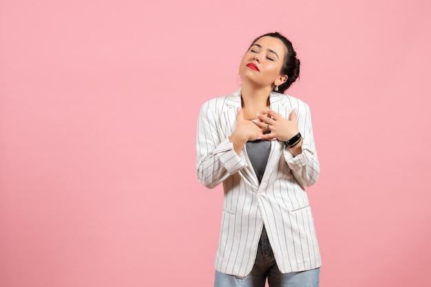 Vista frontale giovane donna con giacca bianca e occhi chiusi su sfondo rosa emozioni donna moda donna colore sentimento Foto Gratuite