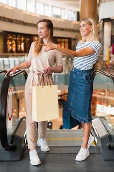 一緒に買い物に正面の若い女性