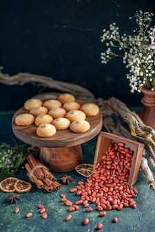 Vista frontale gustosi biscotti con arachidi sulla superficie blu scuro