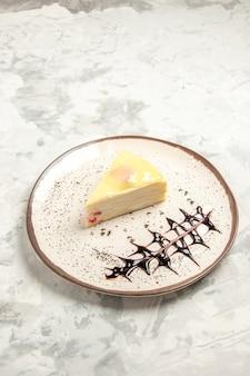 전면 보기 흰색 배경에 접시 안에 맛있는 케이크 조각 케이크 달콤한 비스킷 아이스크림 쿠키 차 파이 디저트