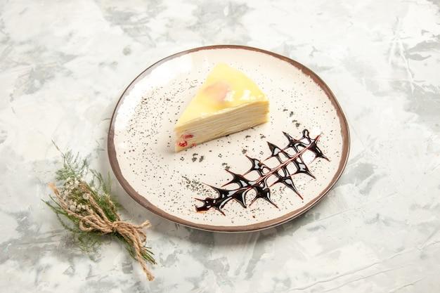전면 보기 흰색 배경에 접시 안에 맛있는 케이크 조각 케이크 달콤한 비스킷 아이스크림 쿠키 차 파이 디저트 프리미엄 사진