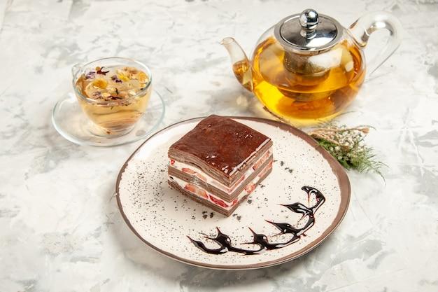 전면 보기 흰색 배경에 접시 안에 맛있는 케이크 조각 디저트 달콤한 비스킷 아이스크림 케이크 쿠키 차 파이