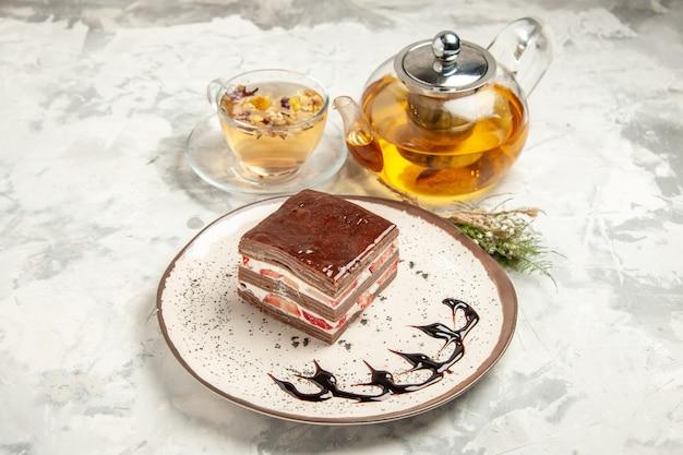 전면 보기 흰색 배경에 접시 안에 맛있는 케이크 조각 디저트 달콤한 비스킷 아이스크림 쿠키 차 파이 프리미엄 사진